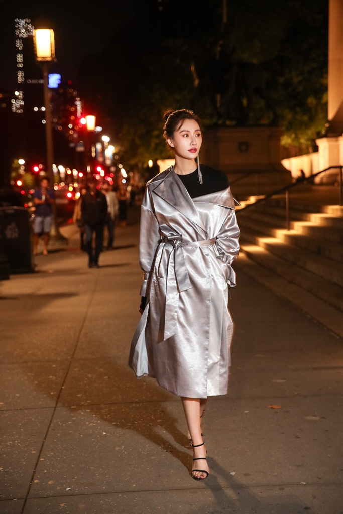 李斯羽高级灰时髦出街 穿浴袍大衣看秀走路带风