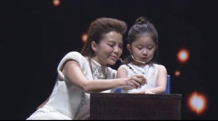 央视主持人朱迅童星方丽媛共同助力关爱留守儿童