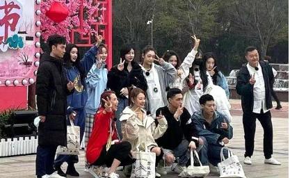 近日蔡少芬与张雨绮带领着硬糖少女一同录制综艺节目姐姐妹妹的武馆