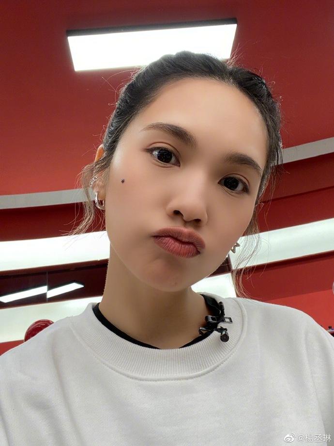 杨丞琳无惧怼脸自拍 表情生动鬼马可爱