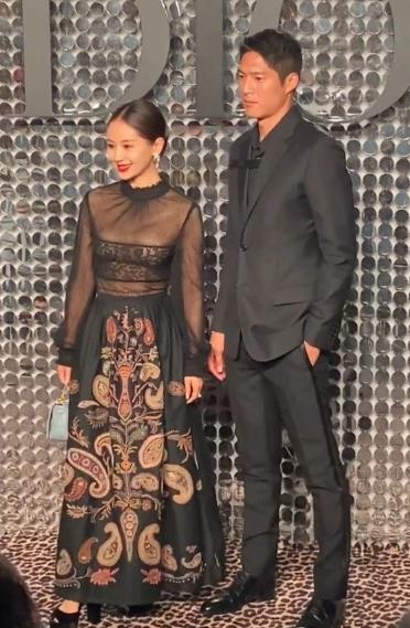 王子文出席某品牌活动看秀时罕见携手男友吴永恩一起亮相红毯