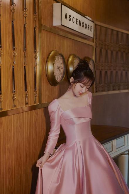 杨紫穿桃粉色缎面长裙温柔梦幻 身姿曼妙