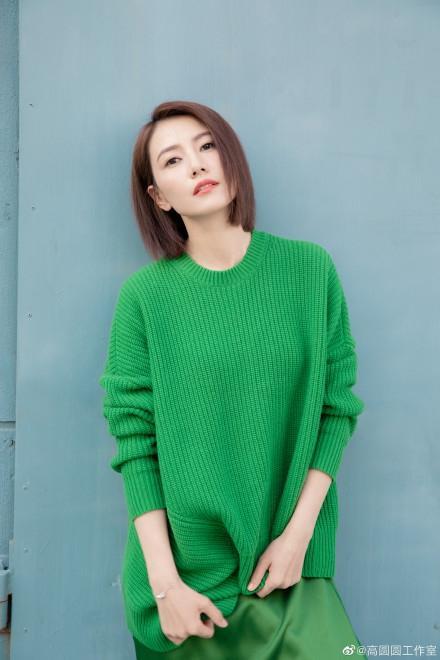 高圆圆穿绿色针织衫春意盎然 短发造型清爽干练