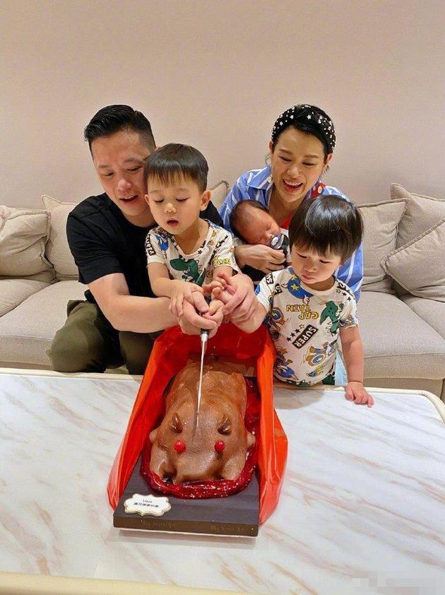 胡杏儿庆小儿子满月 一家五口切烤乳猪幸福温馨