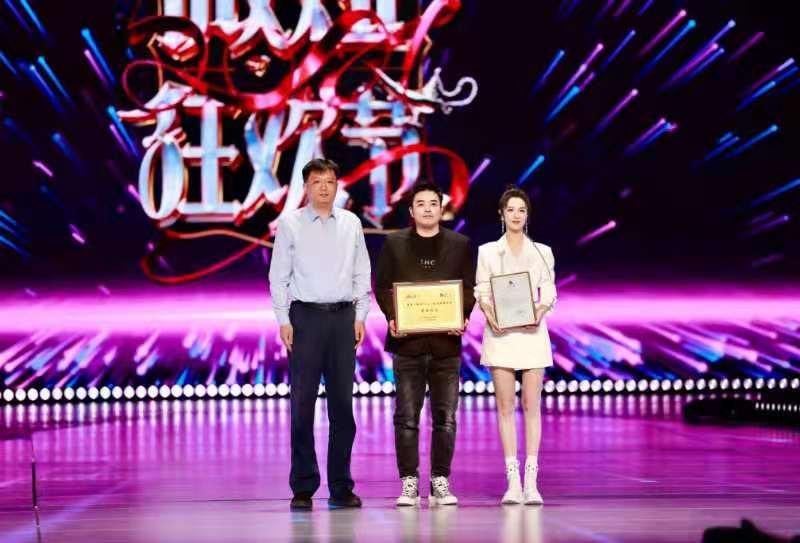 """""""521薇娅狂欢节""""韩红现场给薇娅点赞:为公益人薇娅感到骄傲"""