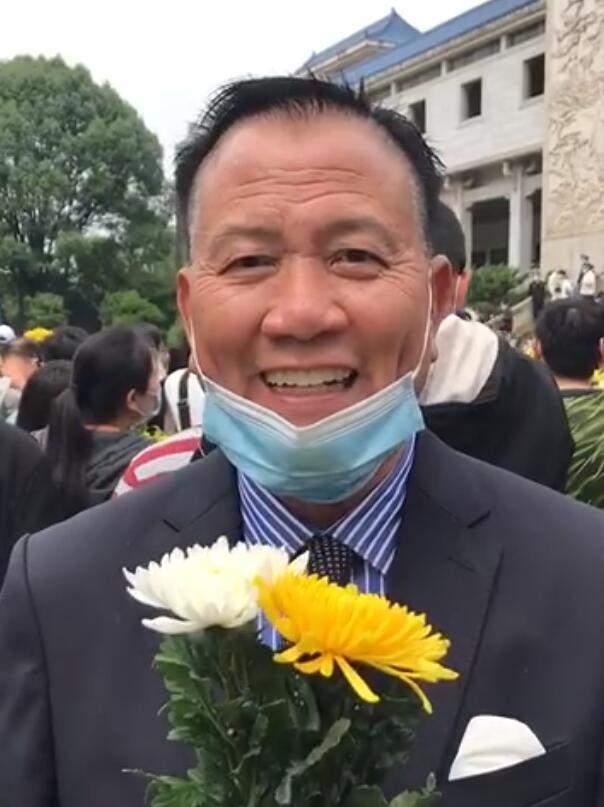 63岁万梓良到长沙送别袁隆平 手持鲜花很用心