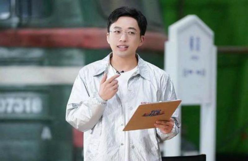 郑宇高调官方宣布签下一名童星,引发争议。网友:这孩子还小
