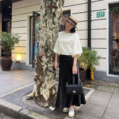 高圆圆雨后漫步上海街头 白衣黑裙气质满分