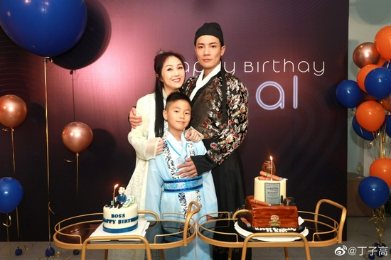 【美天棋牌】丁子高晒与杨千嬅庆生照:这是什么年代的生日派对