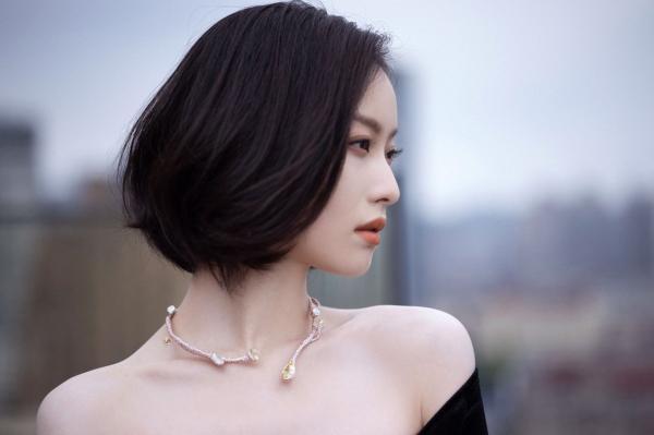 倪妮穿黑丝绒人鱼裙亮相品牌活动