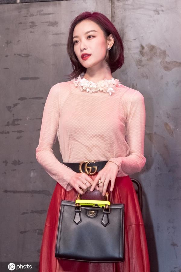 倪妮穿米白纱上衣红色下裙 秀复古风优雅大方