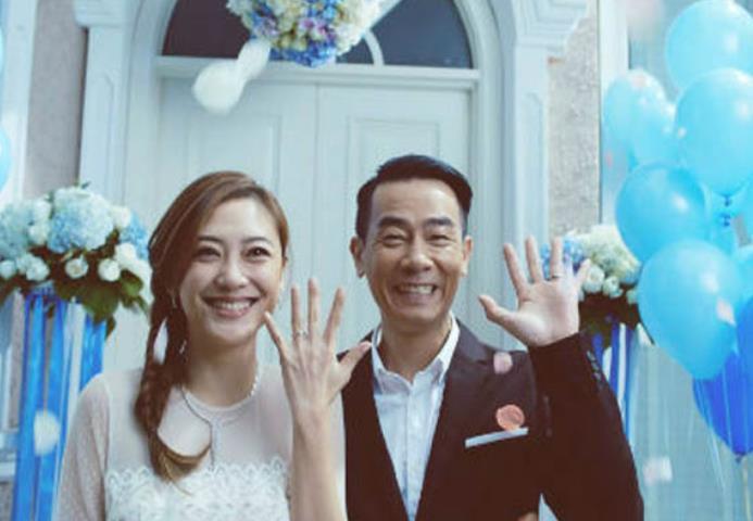 【美天棋牌】陈小春的老婆是谁呢 揭秘陈小春和她老婆的爱情故事