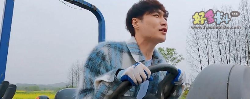 张艺兴拿到拖拉机驾照 节目中的他学习了一项新技能