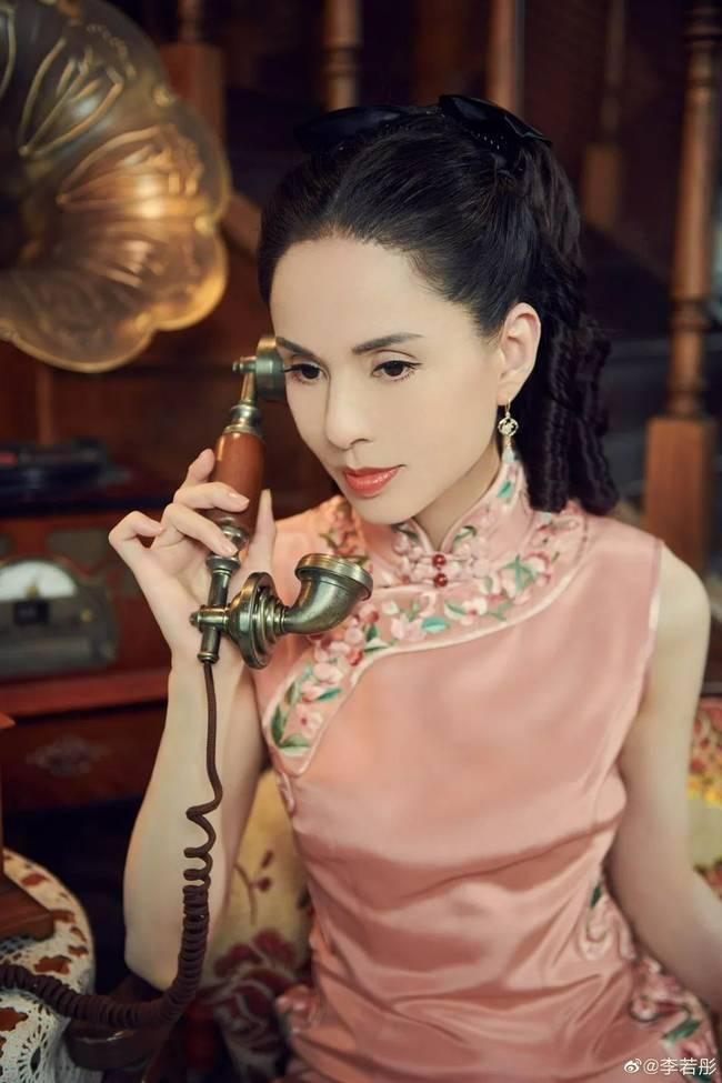 """【博狗扑克】54岁李若彤穿旗袍变""""金刚芭比""""状态好似少女"""