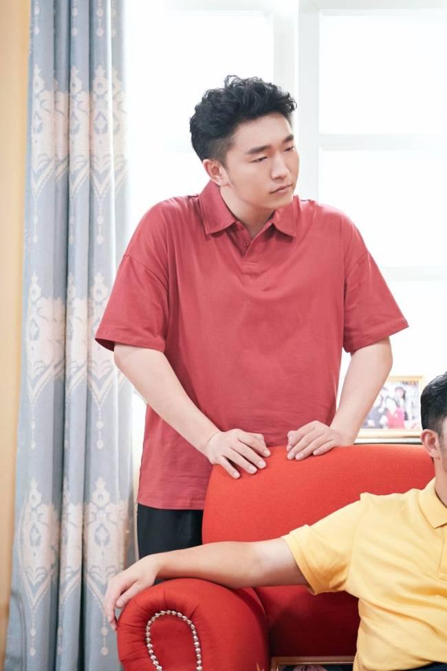 【美天棋牌】王子腾《萌探探探案》为刘星庆生 同款造型引惊呼