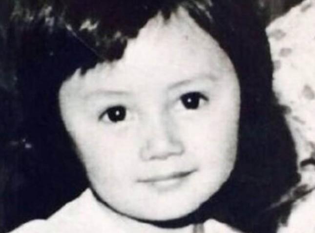 【美天棋牌】袁泉的童年照曝光 小时候的袁泉就充满了混血儿感