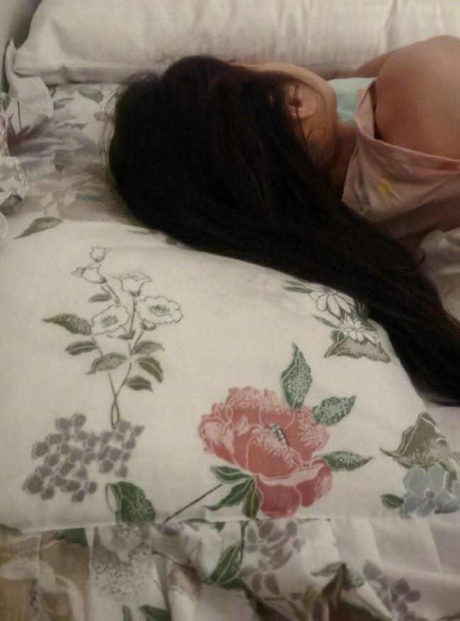 马伊琍分享7岁女儿睡照 出镜老花枕套已用27年