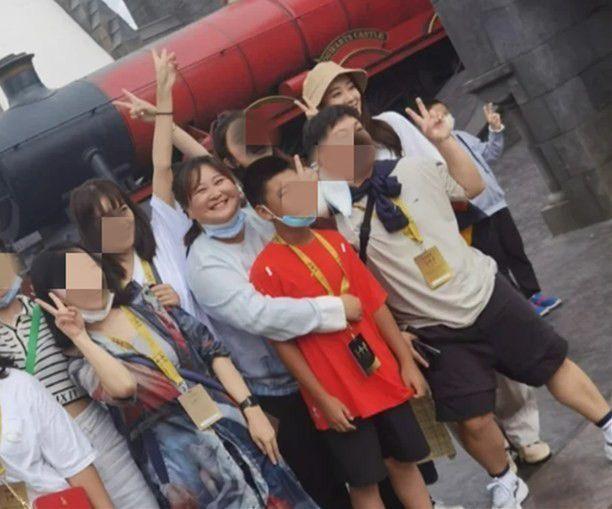 光辉平台主管贾玲张小斐游环球影城待人亲切 姐妹情深令人感慨