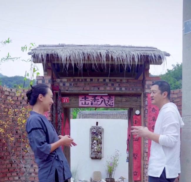 李亚鹏山中拜访美女朋友 穿简易布鞋吃朴素饭菜