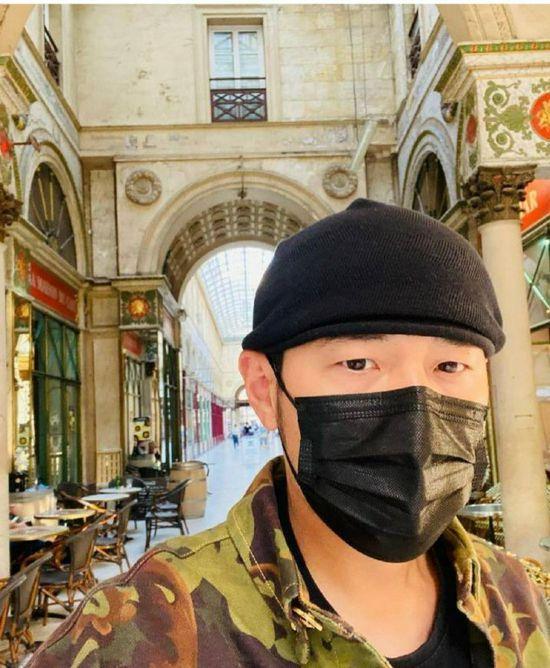 周杰伦久违晒动态称手机忘在巴黎 网友却在线催歌