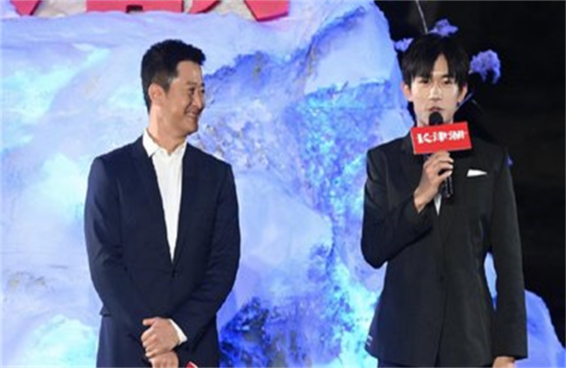 张家齐出席《长津湖》首映,与陈凯歌合影,现场表白易烊千玺