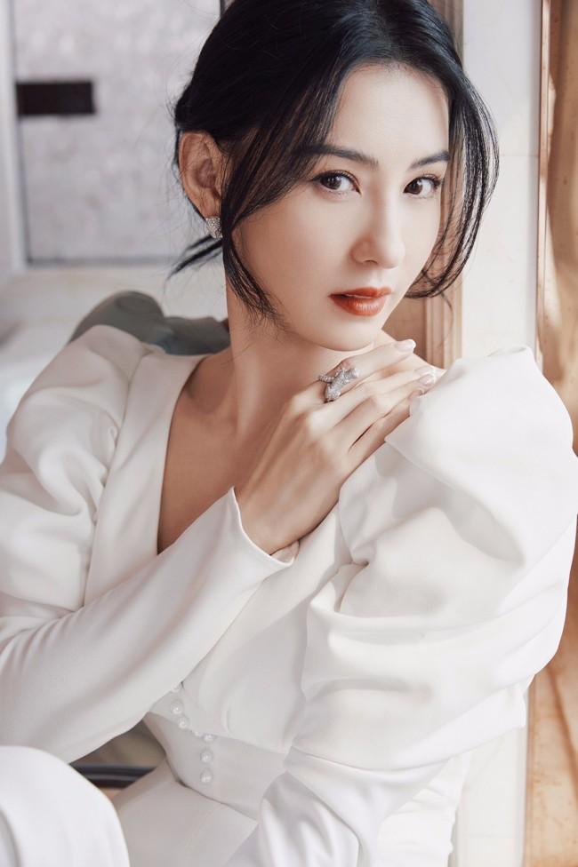 张柏芝白色礼服秀迷人天鹅颈 美得令人心动