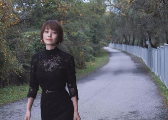 马伊琍北影节秋日大片释出 穿蕾丝黑裙依栏远眺