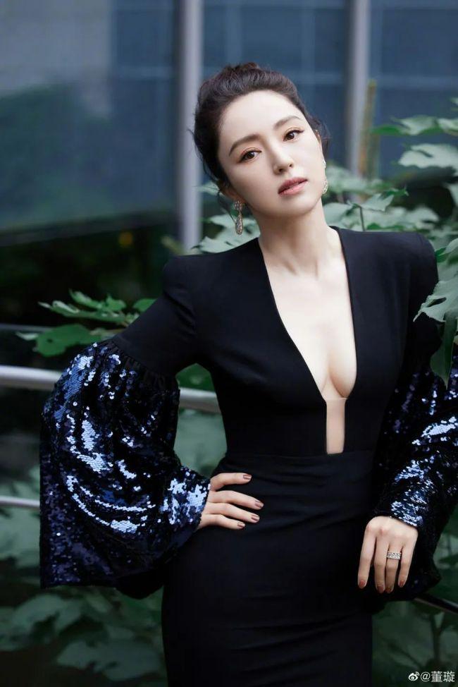 【博狗扑克】都是辣妈!董璇佟丽娅同穿抹胸裙大秀事业线