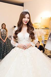 柳岩穿50斤巨型婚纱走秀 大方回应整容