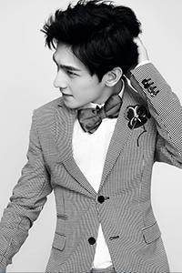 杨洋时尚大片登封面 帅气造型展暖男魅力