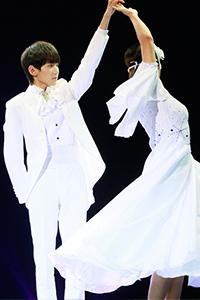 TFBOYS王源生日会白色西装帅气