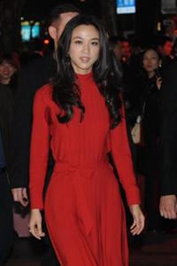 汤唯亮相红裙显眼 笑容优雅迷人