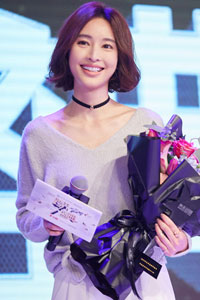 张俪亮相时尚盛典 获颁年度人气icon