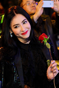 张柏芝镂空低胸装性感 持玫瑰抛媚眼娇羞