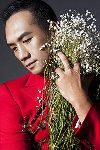 黄觉新春写真 红衣拥花文艺十足