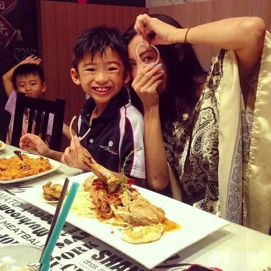 张柏芝与儿子享受美食 拿洋葱搞怪自拍