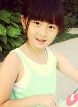 黄磊女儿多多最新生活照 公园畅快玩耍