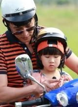 爸爸2现身台湾花莲 众奶爸骑电驴变机车男