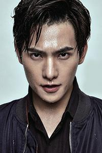 杨洋封面大片 目光坚毅演绎雨中熟男