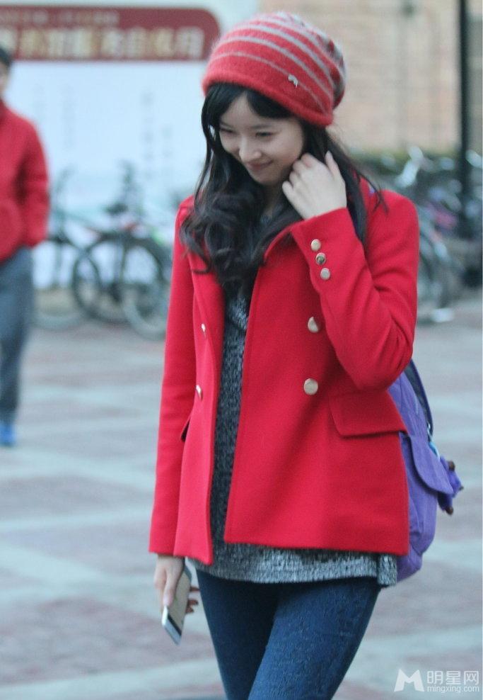 奶茶妹妹章泽天生活照 恋情甜蜜低头浅笑