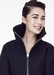 李沁个性时尚写真 浓眉展精致五官