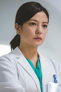 《三人行》发布新剧照 赵薇霸气现身病房