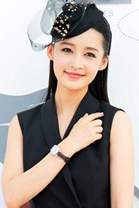 李沁亮相马术活动 西装式小礼服优雅率性