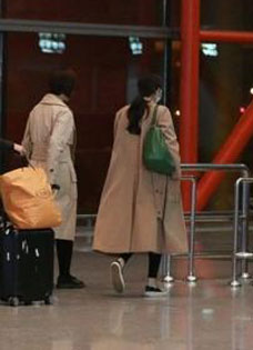 杨幂机场变身套中人 全面包裹无人识