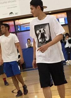 男神吴亦凡太帅 打篮球遭围观
