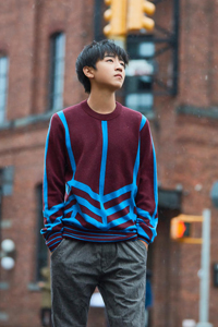 王俊凯街头写真 演绎美少年成长记