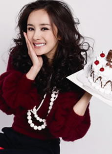 杨幂早期圣诞写真 手捧蛋糕展笑颜