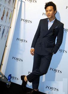 邓超现身米兰秀场 穿西装配皮鞋演绎别样意式经典