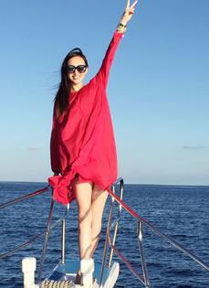 唐嫣游轮夕阳写真 红色短裙大秀性感美腿