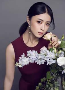 蒋欣大片曝光 淡雅裙装演绎花间风情